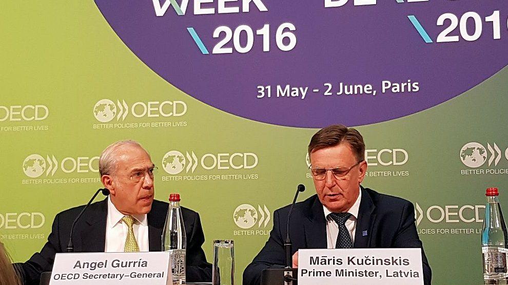 Ministru prezidents Māris Kučinskis (no labās) un Ekonomiskās sadarbības un attīstības organizācijas (OECD) ģenerālsekretārs Anhels Gurija Parīzē paraksta līgumu par Latvijas pievienošanos OECD.