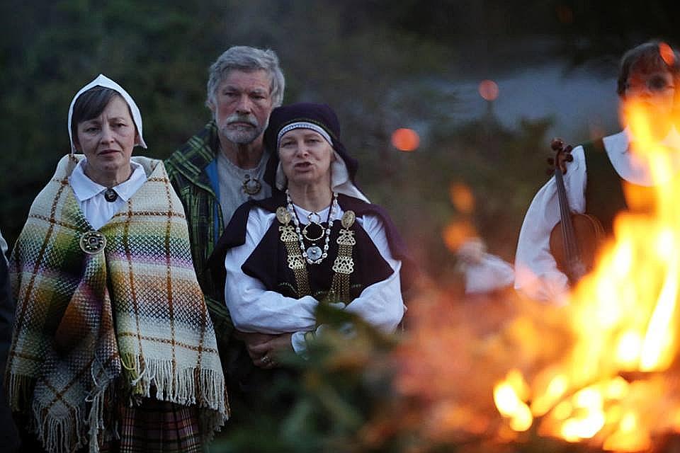 """Sandra Bondarevska aktīvi piedalās Īrijas latviešu kultūras dzīvē. Šeit kopā ar domubiedriem """"3×3"""" nometnē (no kreisās)."""