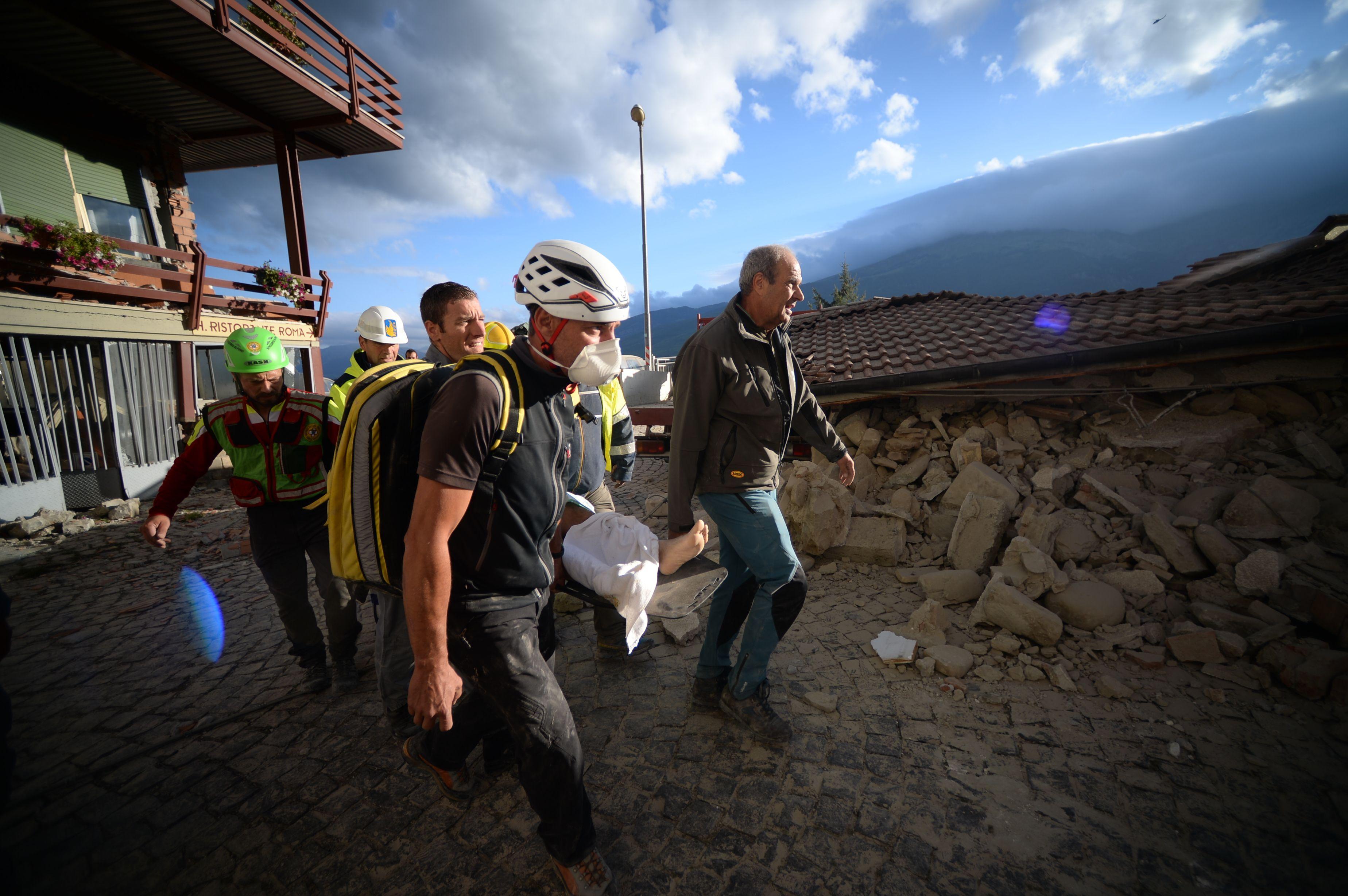 Glābšanas darbi pēc zemestrīces Itālijas vidienē