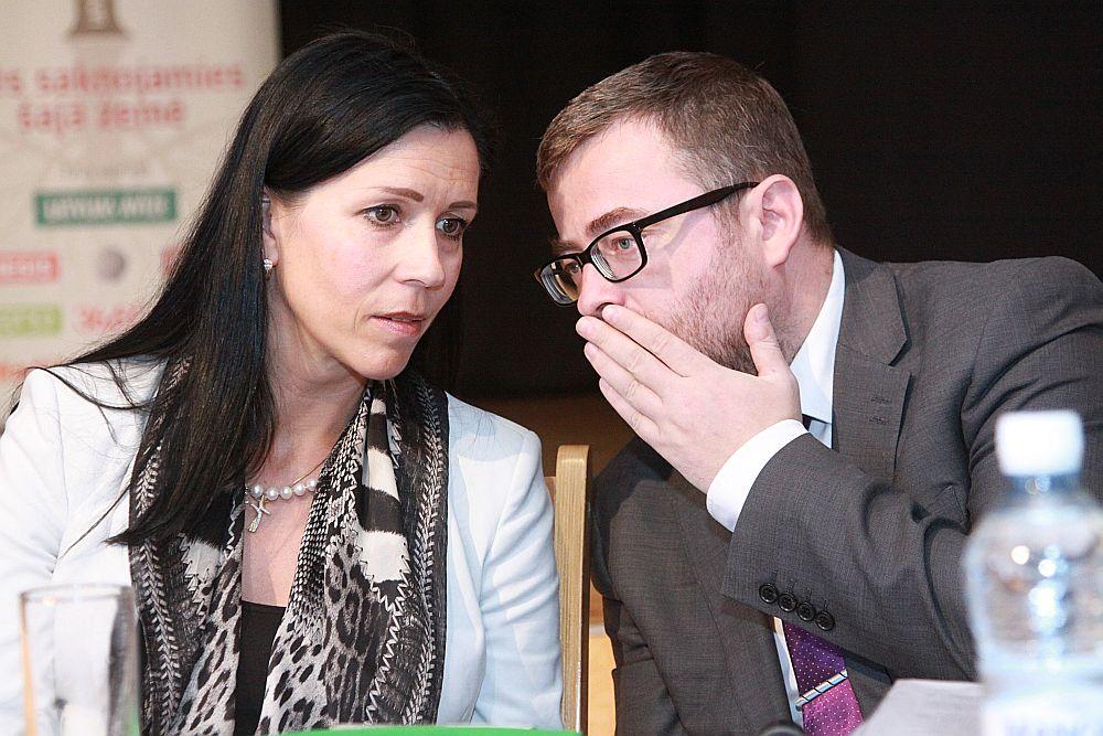 Labklājības ministrijas parlamentārā sekretāre Karina Ploka un ministrijas valsts sekretāra pienākumu izpildītājs Ingus Alliks.