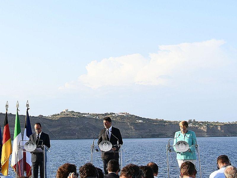 """Vācijas kanclere Angela Merkele (no labās), Itālijas premjerministrs Mateo Renci, Francijas prezidents Fransuā Olands pirmdien uz karakuģa """"Garibaldi"""" klāja pirms tikšanās Ventotēnes salā."""