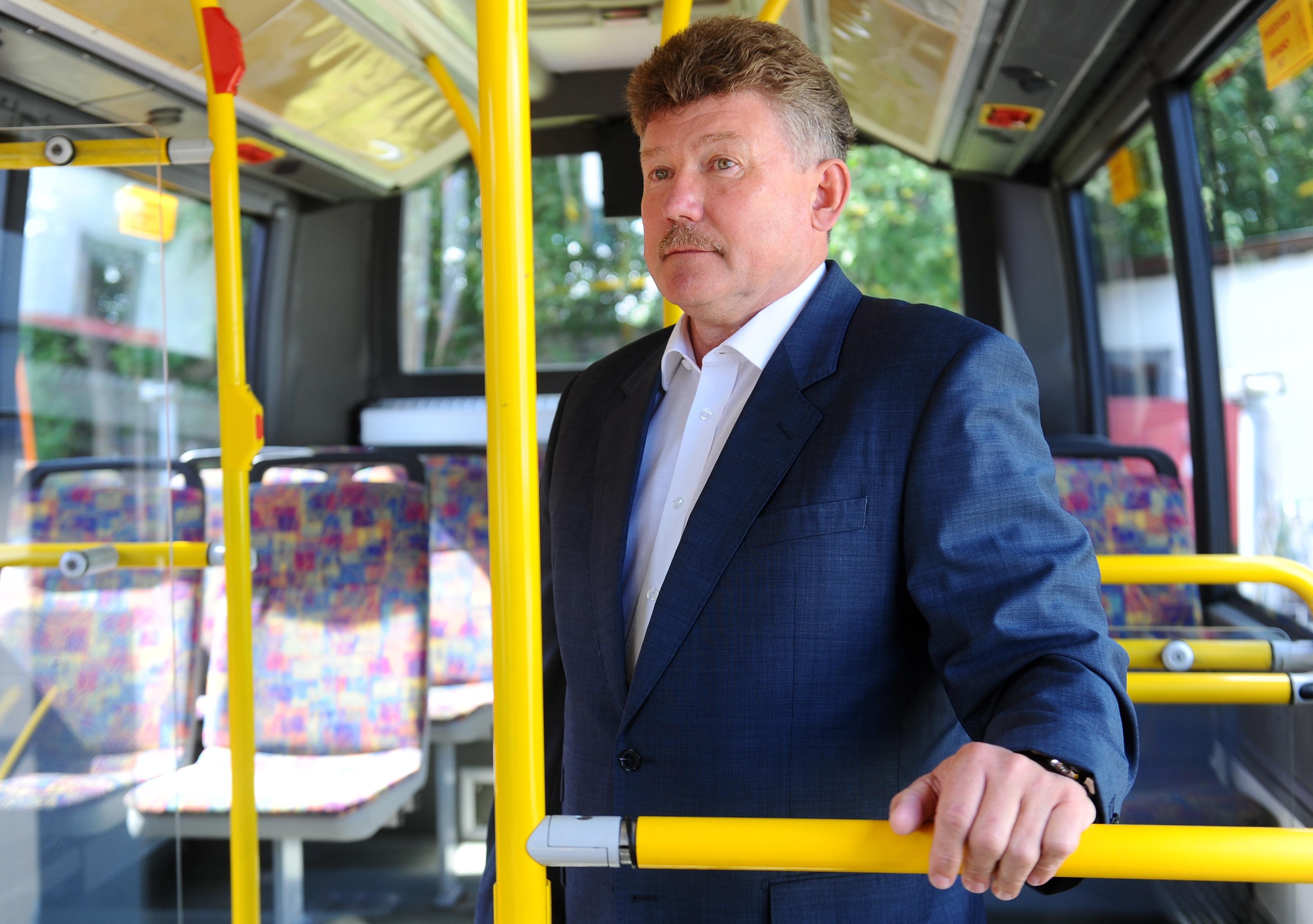 """SIA """"Rīgas satiksme"""" valdes priekšsēdētājs Leons Bemhens apmeklē uzņēmumu """"Rīgas satiksme"""", lai apskatītu pirmos septiņus autobusus, kurus """"Rīgas satiksme"""" gatavo nodošanai pilsētas skolu vajadzībām."""
