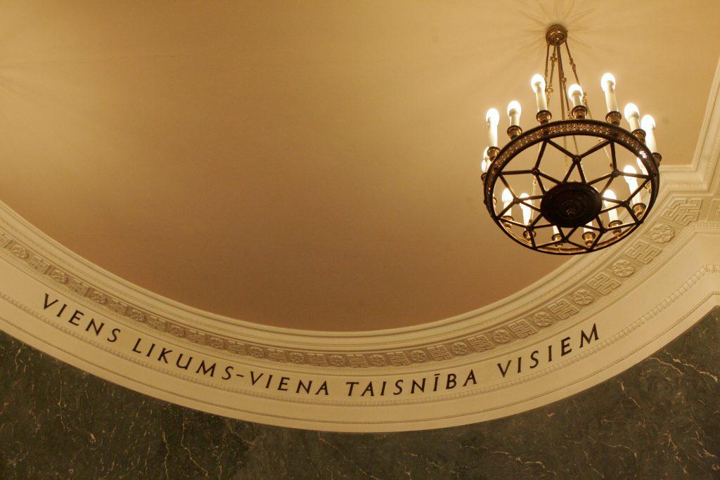 Uzraksts Latvijas Republikas Ministru kabineta sēžu zālē.