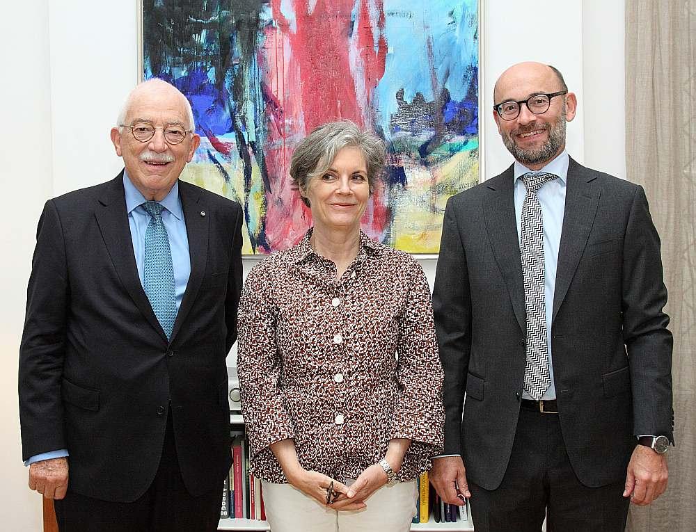 Bijušais Dānijas ārlietu ministrs Ufe Ellemans-Jensens (no kreisās), Dānijas pirmā pastāvīgā ārkārtējā un pilnvarotā vēstniece Latvijā Kirstena Mallinga-Bieringa un pašreizējais Dānijas vēstnieks Latvijā Hanss Brasks.