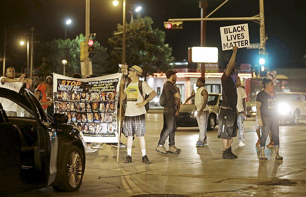 Protestētāji bloķē satiksmi Milvoku centrā, prasot taisnīgu izmeklēšanu par 23 gadus veca afroamerikāņa nogalināšanu nedēļas nogalē.