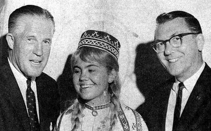 Mičiganas gubernators G. Romnijs un senators R. P. Grifins ar latviešu pārstāvi 1966. gadā.