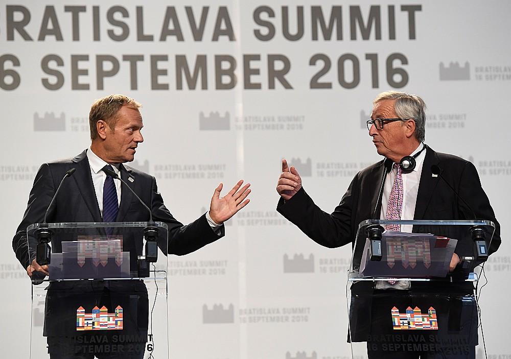 Eiropadomes priekšsēdētājs Donalds Tusks (no kreisās) un Eiropas Komisijas priekšsēdētājs Žans Klods Junkers samitā Bratislavā 16. septembrī katrs nāca klajā ar savu ES nākotnes vīziju. Pirmais – ar vairāk varas dalībvalstīm, otrs – ar vairāk kopīgiem lēmumiem.