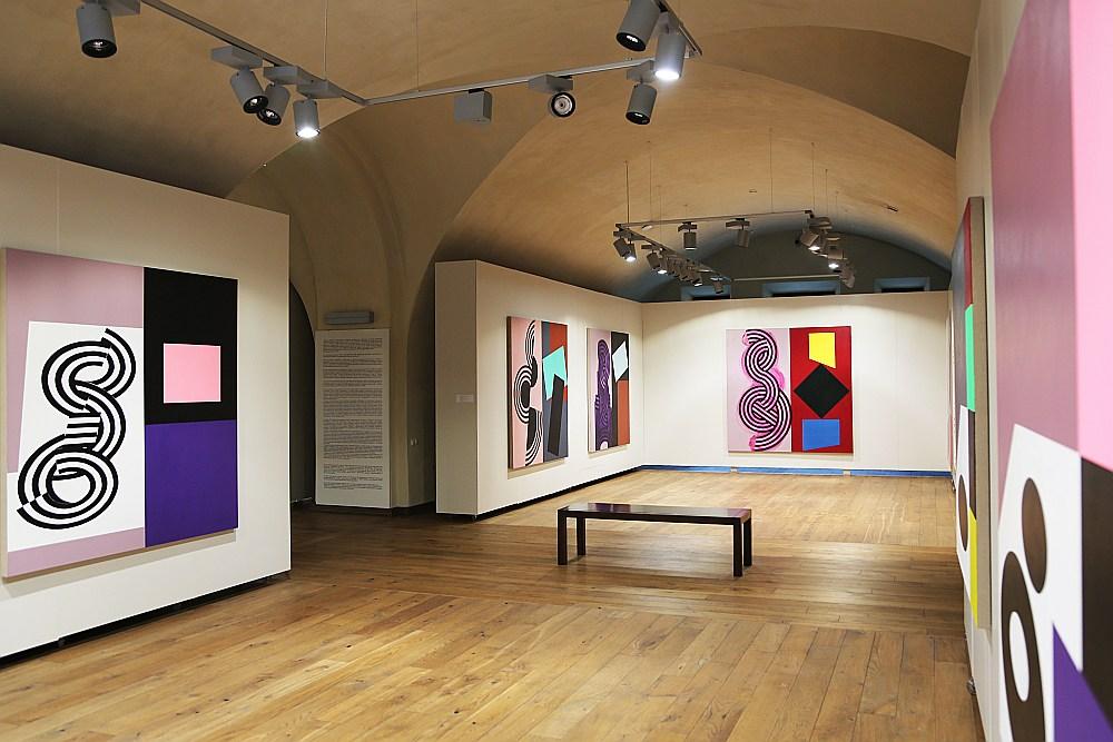 Pols Hakslijs ir plakanu krāsu lauku meistars. Tos viņš papildina ar citiem izteiksmes līdzekļiem, radot plakātiskas, bet simboliskas mākslas vērtības.