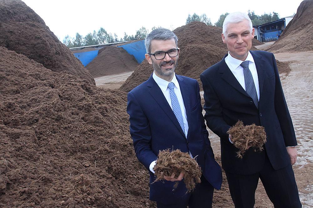 """SIA """"Pindstrup Latvia"""" finanšu un administratīvais direktors Edijs Ločmelis (no kreisās) un valdes priekšsēdētājs Simons Soe."""