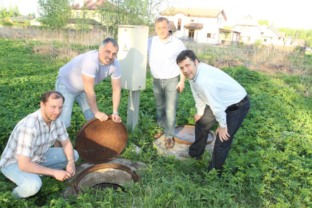 Lapenieku iedzīvotāji (no kreisās) Raimonds Nitišs, Gatis Līcis, Aigars Galzons, Askolds Valbahs uzskata, ka apbūves zemes gabalu pārdevēji viņus piemānījuši, paturot savā īpašumā zemē ierakto kanalizācijas sistēmu.