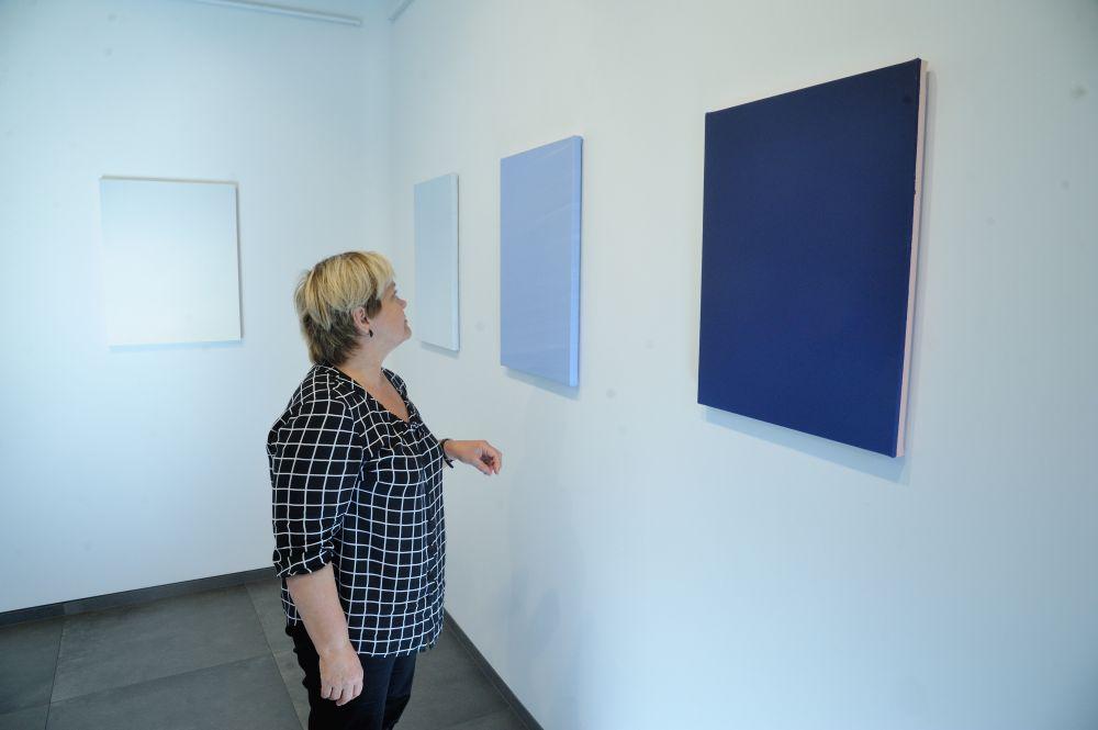 """Andra Eglīša izstādē """"Pāreja"""" gleznu kompozīcijas var pielīdzināt domāšanas procesam, tiecoties iegūt objektīvu pārskatu par savām zināšanām."""