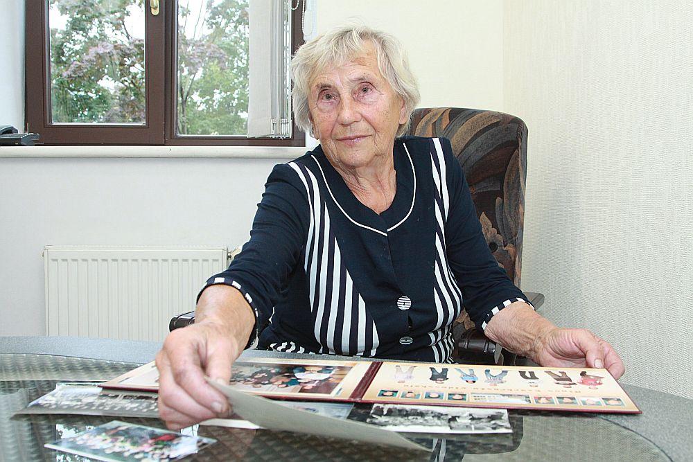 """""""Kā 1955. gadā pabeidzu institūtu, tā esmu skolā strādājusi līdz pat šodienai,"""" saka Aina Zakse."""