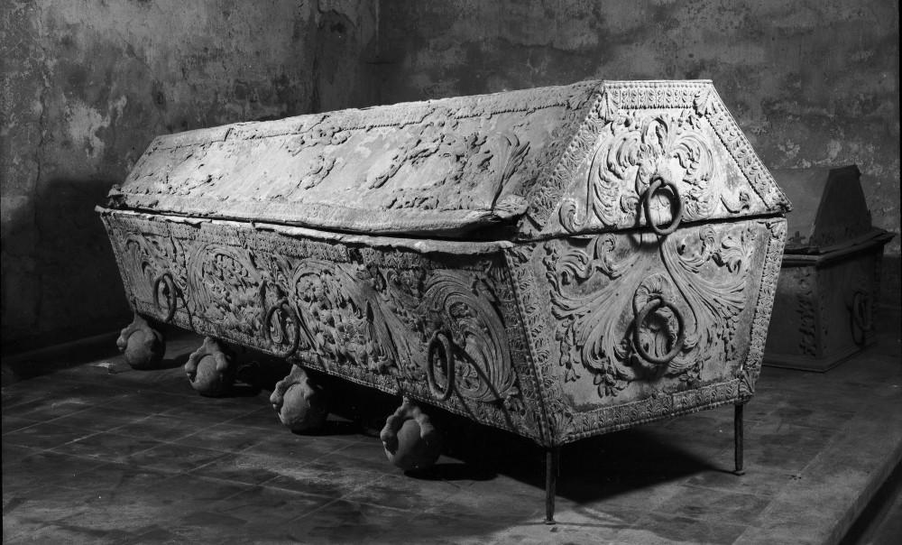 Hercogienes Luīzes Šarlotes sarkofāgs pirms restaurācijas.