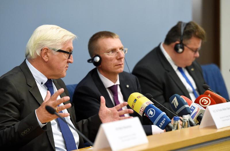 Vācijas ārlietu ministrs Franks Valters Šteinmeiers (no kreisās), Latvijas ārlietu ministrs Edgars Rinkēvičs un Lietuvas ārlietu ministrs Lins Linkevičs preses konferences laikā Ārlietu ministrijā.