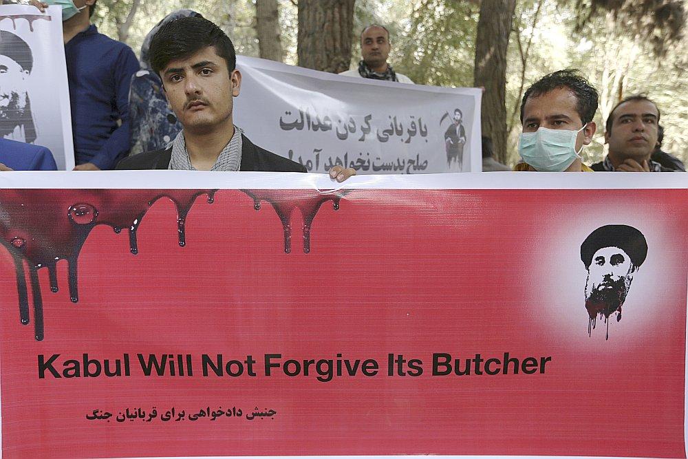 """Afganistānas nevalstisko organizāciju aktīvisti vakar Kabulā protestēja pret miera noslēgšanu ar Gulbudinu Hekmatjāru, """"Hezbi islāmi Gulbuddin"""" partijas līderi, saucot viņu par """"miesnieku""""."""