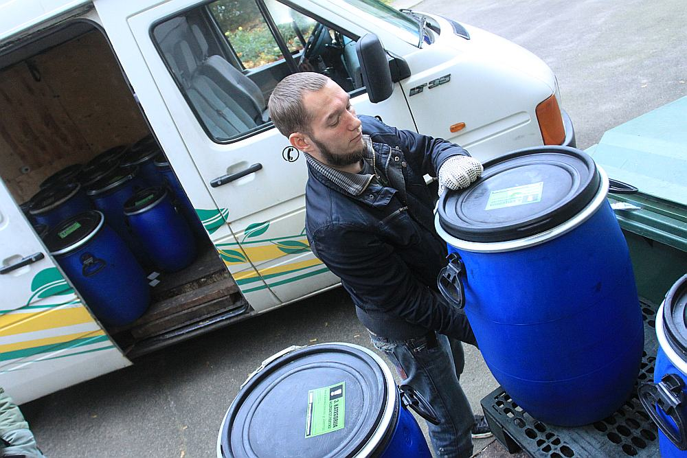 """Pārtikas atkritumu vākšana kafejnīcā """"Tu – re kā"""". To veic SIA """"Moss & Moss"""" darbinieki."""