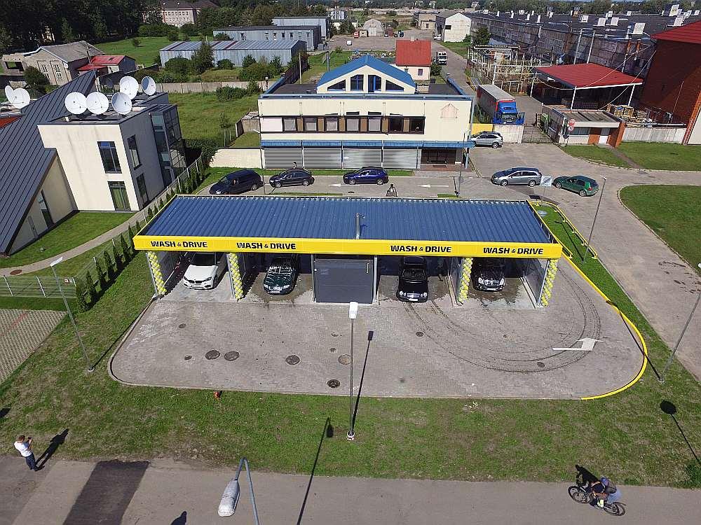 """Šā gada vasarā jaunas """"Wash and Drive"""" pašapkalpošanās automazgātavas atklātas Liepājā un Valmierā (attēlā). Tās izbūvētas sadarbībā ar banku """"Citadele"""". Vienas šādas mazgātavas izveidē ieguldīti ap 400 000 eiro."""