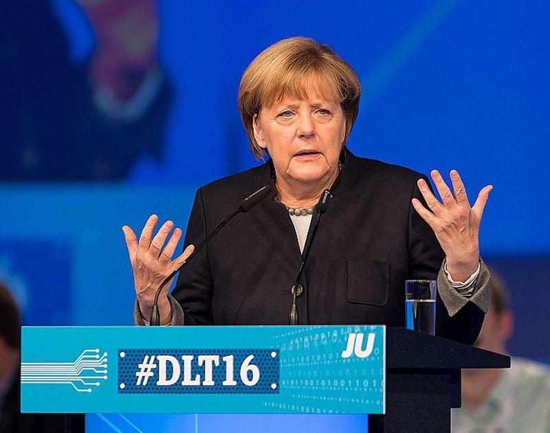 Vācijas kanclere Angela Merkele sestdien uzstājās CDU partijas jaunatnes spārna saietā Paderbornā, cenšoties pārliecināt jaunos cilvēkus par sava politiskā kursa pareizību.