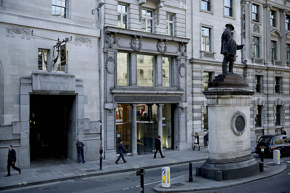 Krievijas VTB banka Londonā ir pirmā, kas paziņojusi par tās pārcelšanu uz Eiropas kontinentālo daļu (ēka centrā ar kolonām).