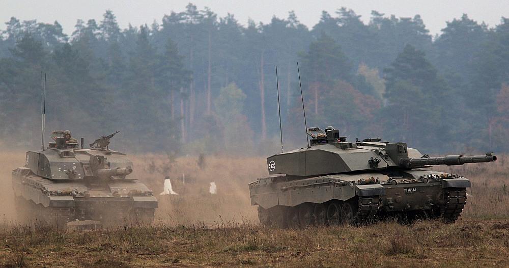 """Britānijas aizsardzības ministrs Maikls Felons paziņojis, ka Apvienotā Karaliste nosūtīs uz Igauniju aptuveni 800 karavīrus, kā arī bezpilota lidaparātus, tankus """"Challenger"""" un bruņumašīnas """"Warrior"""". Attēlā: tanki """"Challenger"""" piedalās NATO mācībās Polijā."""
