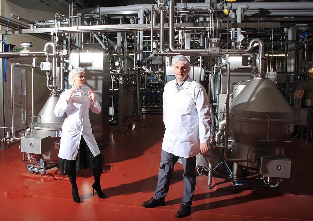 """Inovatīvākā rūpnīca pārtikas ražošanā. Kazāku ģimenei – Kasparam un Ilonai (attēlā) – piederošā proteīna rūpnīca Bauskā """"Baltic Dairy Board"""" reāli izmaksājusi 12 miljonus Ar ERAF līdzfinansējumu 1,7 miljonu eiro apmērā tika iegādātas jaunas inovatīvas tehnoloģiskās iekārtas. """"BDB"""" pamazām kļūst par lielāko un efektīvāko piena un sūkalu pārstrādes uzņēmumu Latvijā."""