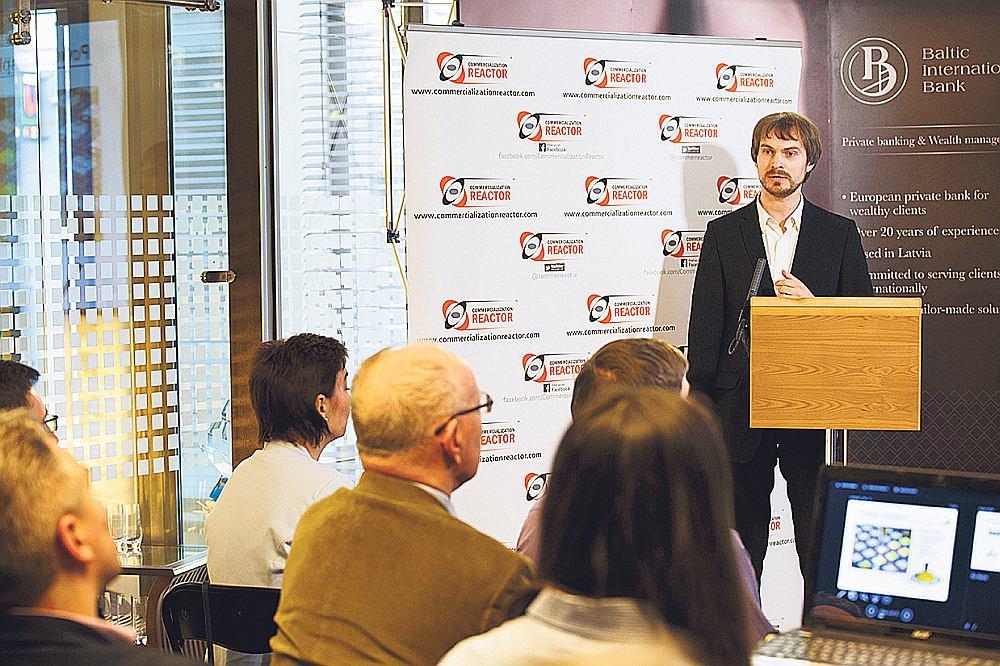 """Aleksandrs Beļskis prezentē """"LED Chemicals"""" ideju Komercializācijas reaktora rīkotajā zinātņietilpīgo jaunuzņēmumu konferencē."""