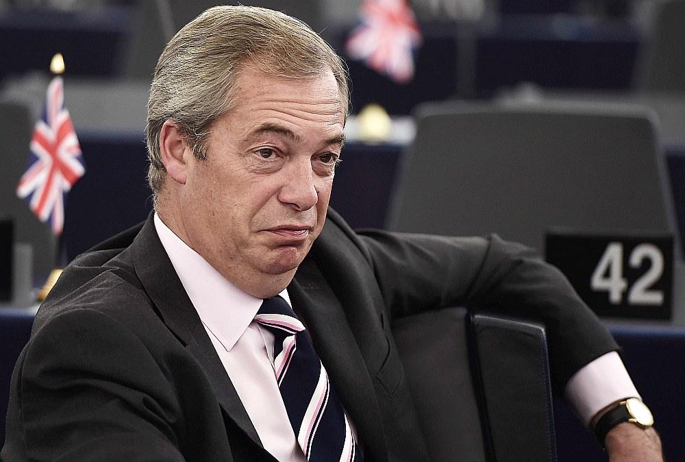 """""""Algas pielikums Junkeram un viņa eirokrātu draugiem Briselē apliecina, ka ES ir pretmets atalgojumam par nopelniem, jo cilvēki tiek apbalvoti par neveiksmi,"""" uzskata Eiroparlamenta deputāts no Apvienotās Karalistes Neatkarības partijas Naidžels Ferāžs."""