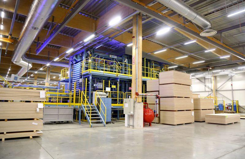 """Koncerna AS """"Latvijas Finieris"""" bērza saplākšņa ražošanas rūpnīca Igaunijas pilsētā Kohilā."""