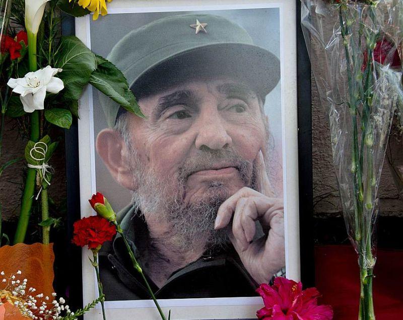 Fidela Kastro portrets pie Kubas vēstniecības ēkas Čīles galvaspilsētā Santjago.