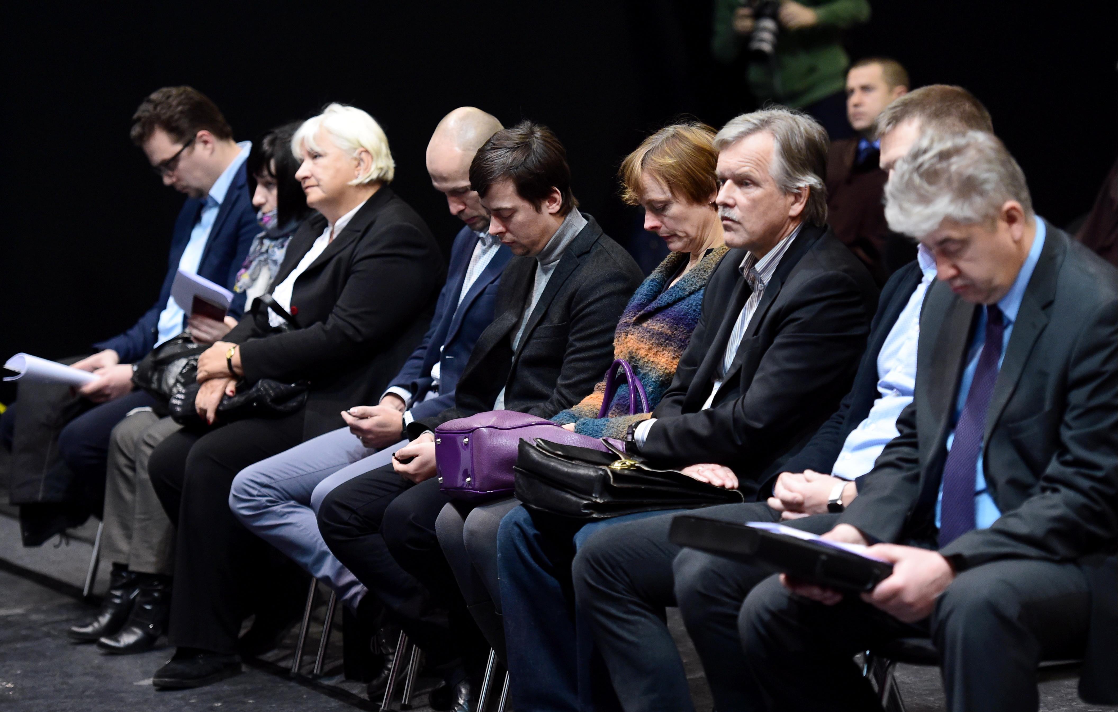 """Zolitūdes traģēdijā apsūdzētie – sabrukušā lielveikala """"Maxima"""" būvinženieris Ivars Sergets (no kreisās), būvinspekcijas priekšnieka vietniece Aija Meļņikova, bijusī Rīgas pilsētas būvvaldes Juridiskās nodaļas Būvniecības uzraudzības nodaļas eksperte Marika Treija, arhitektu biroja """"Kubs"""" valdes loceklis, arhitekts Andris Kalinka, bijušais Rīgas pilsētas būvinspekcijas priekšnieka vietnieks Jānis Balodis, """"Maxima Latvija"""" darbiniece Inna Šuvajeva, lielveikala """"Maxima"""" projekta būvekspertīzes veicējs Andris Gulbis, būvdarbu vadītājs, SIA """"Re&RE;"""" projektu vadītājs Staņislavs Kumpiņš un sabrukušā lielveikala celtniecības būvuzraugs Mārtiņš Draudiņš Rīgas pilsētas Zemgales priekšpilsētas tiesas sēdes laikā, kurā izskata Zolitūdes traģēdijas krimināllietu."""