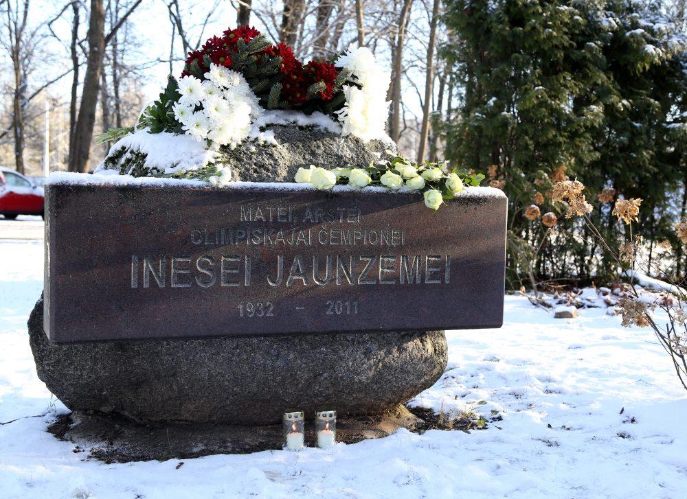 Ziedi uz šķēpmetējas Ineses Jaunzemes piemiņas akmens Traumatoloģijas un ortopēdijas slimnīcas parkā.