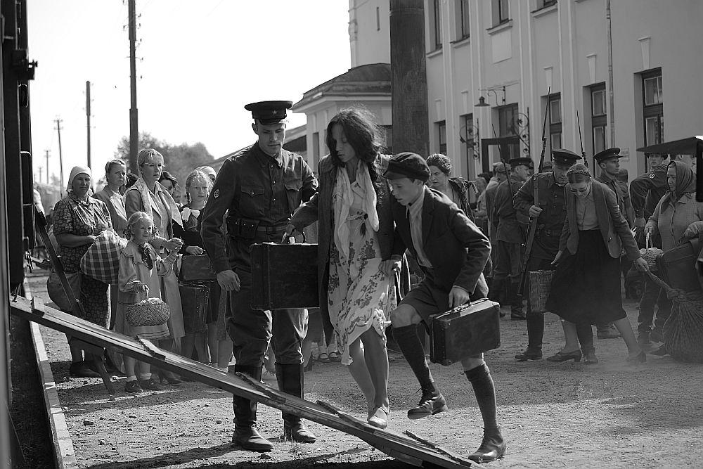Melānijas Vanagas lomas atveidotājas šveiciešu aktrises Sabīnes Timoteo akcenta klātbūtne neparastā veidā pastiprina sajūtu par varones atrašanos svešos, sev neierastos apstākļos. Savukārt Melānijas dēla iemiesotājam, filmā Ludzas ģimnāzijas 10. klases skolniekam Edvīnam Mekšam filmā izjustais nu palīdz vēstures stundās.