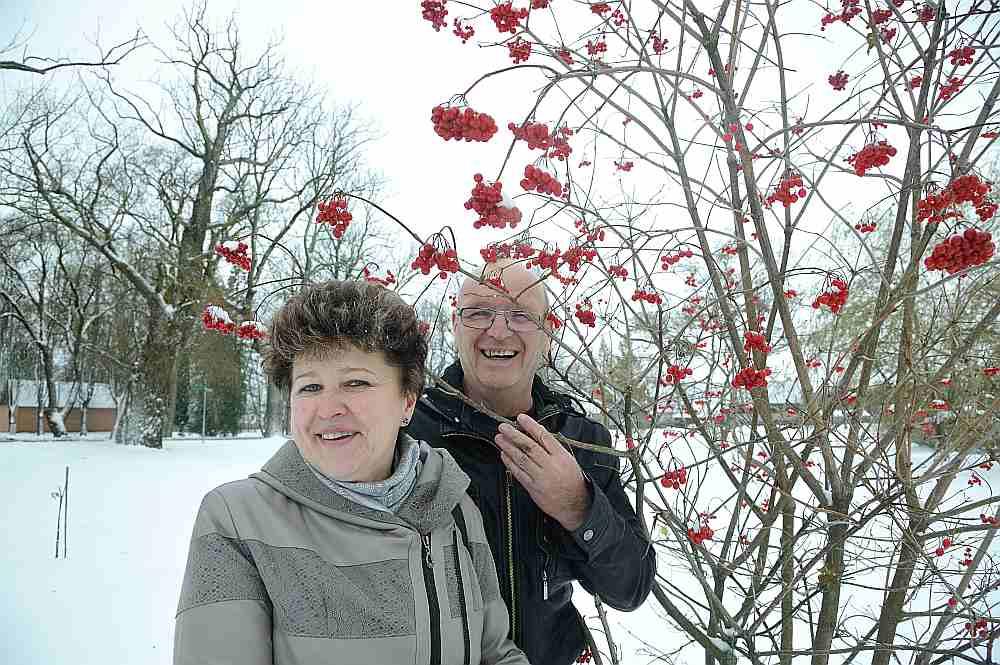 Ina un Jānis Riekstiņi pie savām mājām iekārtojuši visiem atvērtu parku. Arī ziemā var sajust dārza košumaugu elpu.
