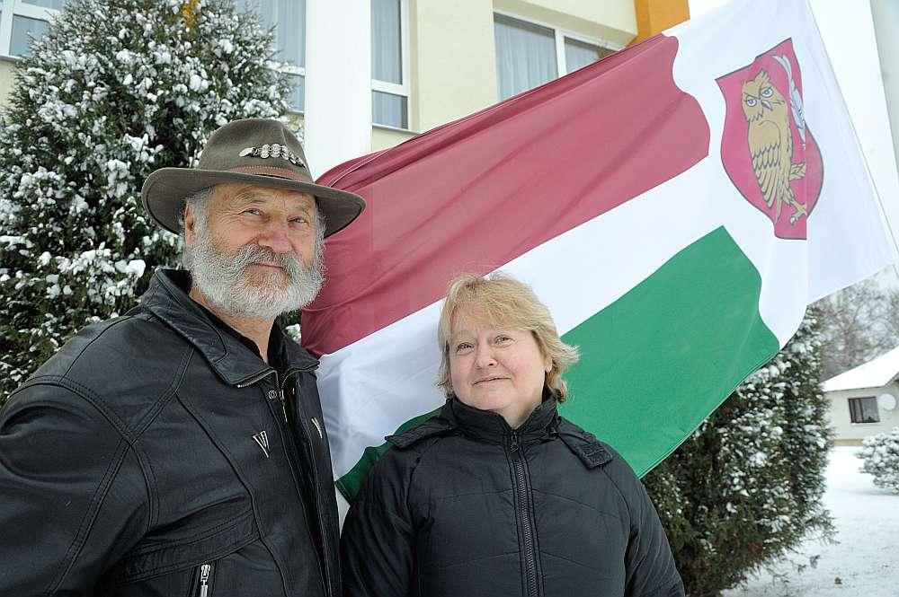 Elmārs un Anita Vectirāni pie Neretas novada karoga.