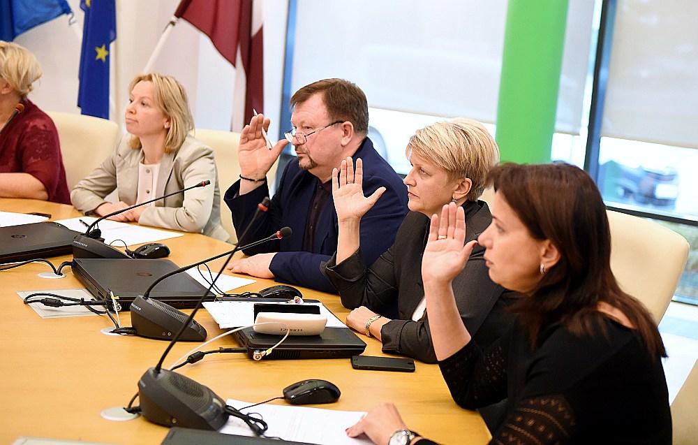 Jūrmalas domes deputātei Karinai Siņkēvičai (no labās) vēl 13. oktobrī sirdsapziņa likusi balsot par Gata Trukšņa atbrīvošanu no amata. Jau pēc trīs nedēļām deputātes sirdsapziņa mudinājusi viņu balsot par Trukšņa atjaunošanu amatā.