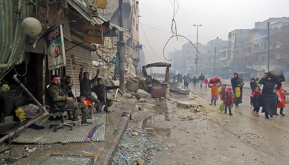 Sīrijas armijas karavīri Alepo Fardosas kvartālā vēro civiliedzīvotājus, kas ierodas no kvartāliem, kuros vēl notiek kaujas.