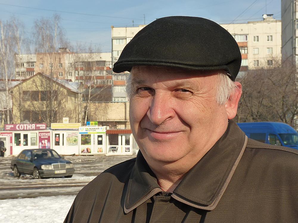 Viktoram ir 64 gadi, un jau četrus gadus viņš ir pensionārs. Pensijas lielums – 1200 grivnas jeb 40 eiro. Piestrādā gadījuma darbus un mēnesī nopelna vēl ap 50 eiro.