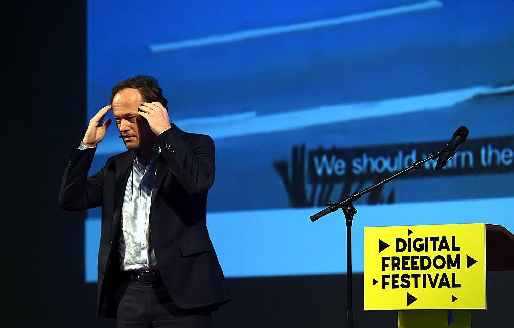 """Pasaulē vadošās tehnoloģiju domnīcas """"SingurityUniversity"""" izveidotājs Nīderlandē Jurijs van Gēsts """"Digital Freedom Festival"""" konferencē: """"Nākamais uzdevums ir turpmāka mākslīgā intelekta attīstība, izdomājot, kā ar tehnoloģijām radīt cilvēkam piemītošās īpašības – emocionalitāti, pašapziņu."""""""
