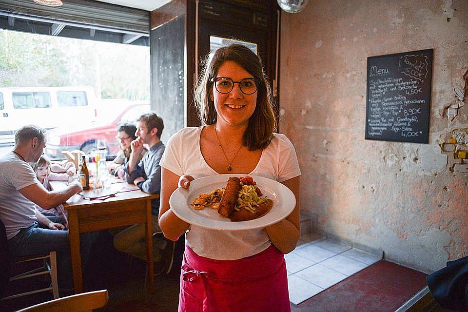Vācijā atvērts restorāns, kurā maltītes pagatavošanai tiek izmantoti produkti, kas citkārt tiktu izmesti atkritumos.