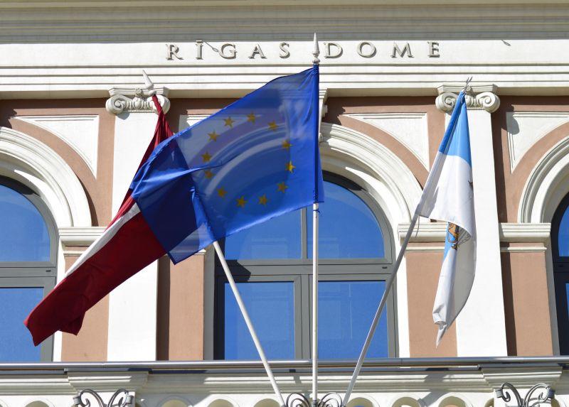 Karogi pie Rīgas domes ēkas.