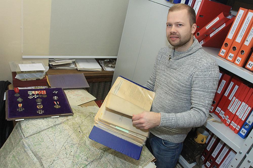 Kara muzeja Otrā pasaules kara vēstures nodaļas vadītājs Jānis Tomaševskis demonstrē muzejam dāvāto Artura Silgaiļa arhīvu – dokumentus, kartes, fotogrāfijas, apbalvojumus.