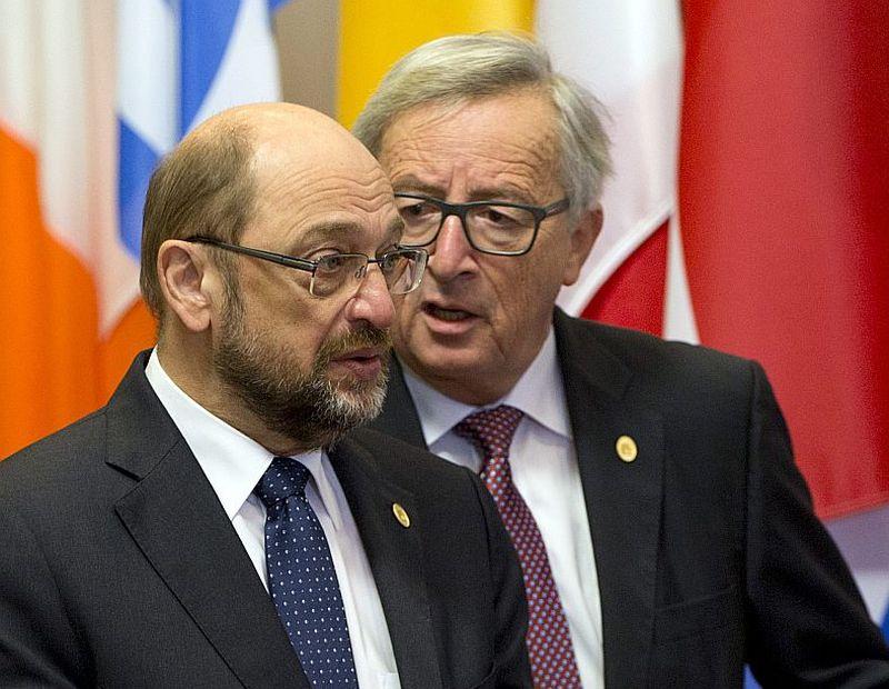 Eiroparlamenta spīkera sociālista Martina Šulca (no kreisās) atkāpšanās izjaukusi viņa tandēmu ar Eiropas Komisijas prezidentu Žanu Klodu Junkeru, deformējot politisko līdzsvaru starp varas atzariem Briselē.