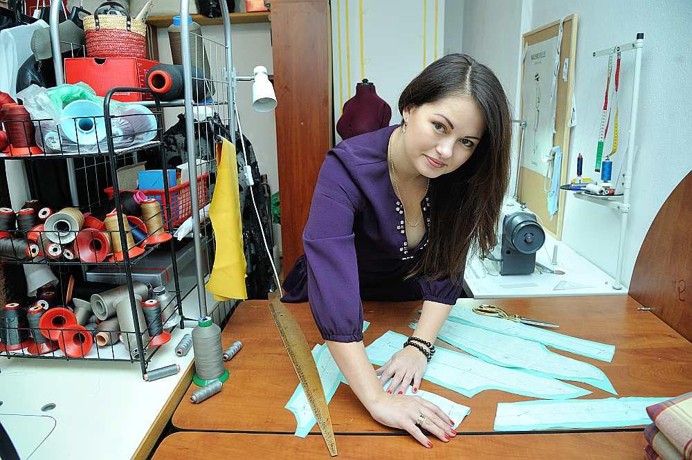 Karīna Šveicare ar ES atbalstu savam ateljē iegādājusies profesionālo šujmašīnu.