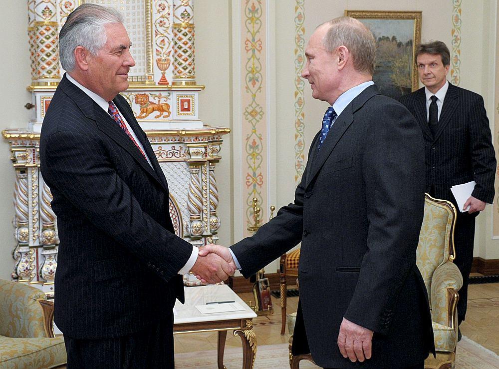 """Ekonomikas forumā Sanktpēterburgā 2013. gada jūnijā Krievijas prezidents Vladimirs Putins (no kreisās) apbalvo ar Draudzības ordeni firmas """"ExxonMobil"""" vadītāju Reksu Tilersonu, kuru jaunievēlētais ASV prezidents Donalds Tramps virza valsts sekretāra amatam."""