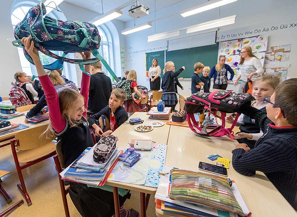 Par vienu no Eiropas valstu līderēm jāatzīst mūsu kaimiņvalsti Igauniju, kas dabaszinātņu kompetencē ieņem pat trešo vietu. Arī lasīšanā igauņu skolēniem ir augsti sasniegumi. Attēlā: 2. klases skolēni Tallinas Angļu koledžā.