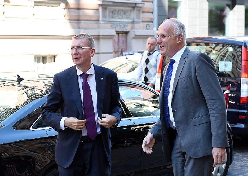 """""""Ceram rast tādu risinājumu, kurš būtu saskaņā gan ar Latvijas Republikas normatīvajiem aktiem, gan arī ar attiecīgajām ES direktīvām. Esmu pārliecināts, ka mēs nonāksim pie šāda risinājuma,"""" paziņojumā uzsver Rīgas Ekonomikas augstskolas rektors Anderss Pālzovs (no labās). Attēlā arī Latvijas ārlietu ministrs Edgars Rinkēvičs."""