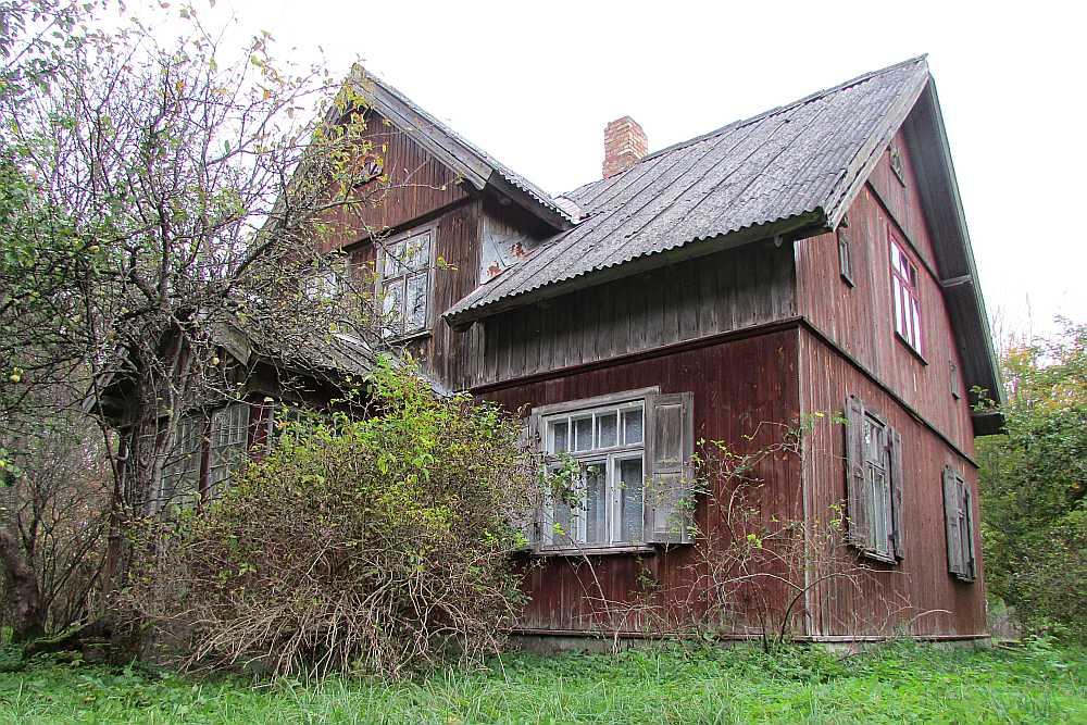"""""""Silmaļi"""" senāk un tagad. Nogāžot brangu egli, tās vietā meža līdumā uzceltajai mājai tika piebūvēta arī veranda."""