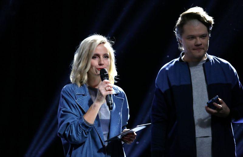 Radio dīdžejs Toms Grēviņš un televīzijas raidījumu vadītāja Ketija Šēnberga