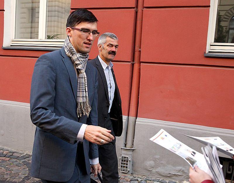 Saeimas deputāts Juris Viļums (no kreisās) dzīvo vistālāk – no Rīgas līdz viņa mājām Dagdas novada Ezerniekos ir nepilni 300 kilometri, tāpēc arī viņam pienākas vislielākā kompensācija. Viņš par transportu saņēmis 4006,54 eiro, par dzīvokli – 4920 eiro gadā, viņa kolēģis Valters Dambe par transportu – 6696,08 eiro gadā.