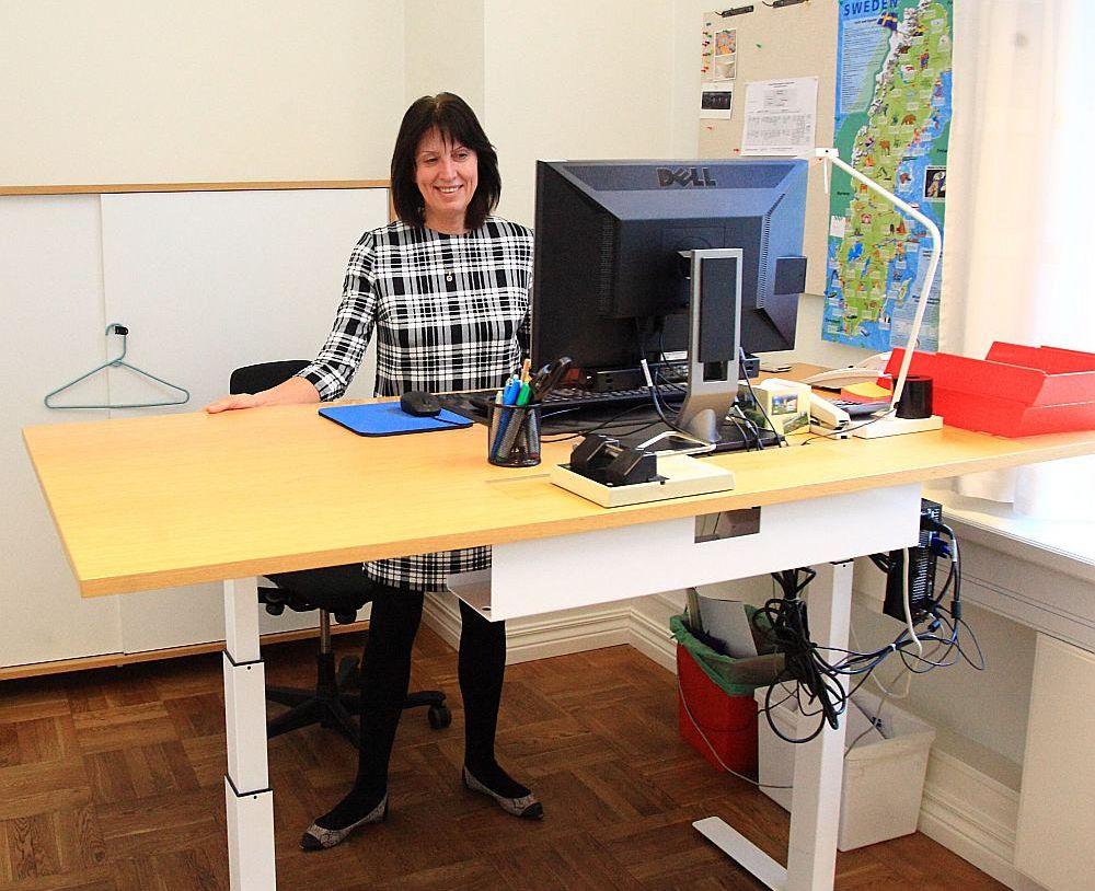 Zviedrijas vēstniecība visus savus darbiniekus aprīkojusi ar šādiem paceļamiem galdiem. Projektu vadītāja Gaļina Aizvakara labprāt pārmaiņas pēc pie datora pastrādā stāvus.